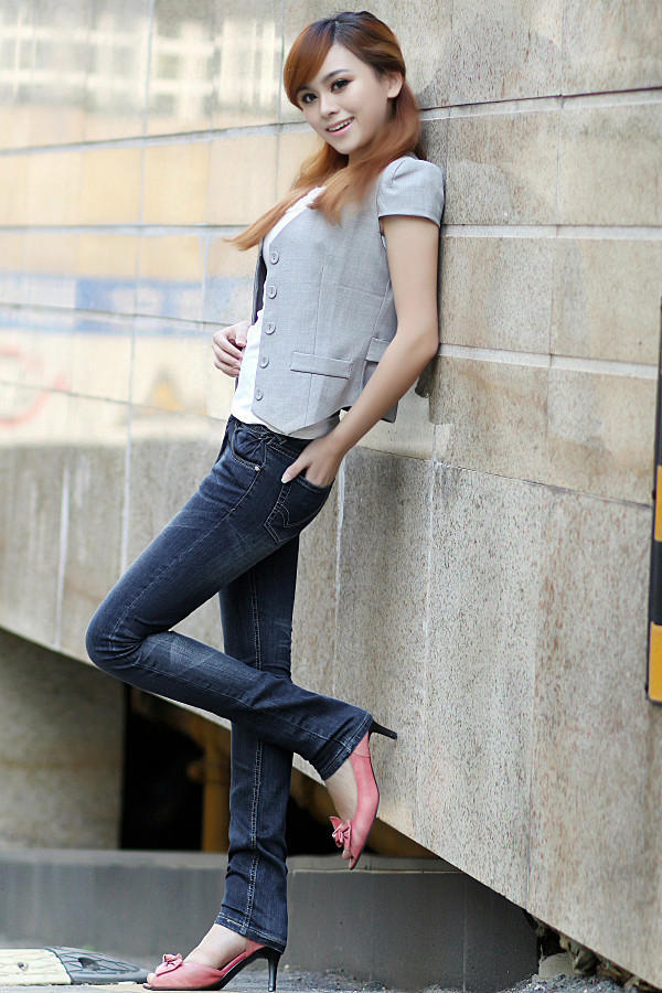 长腿美女演绎牛仔裤