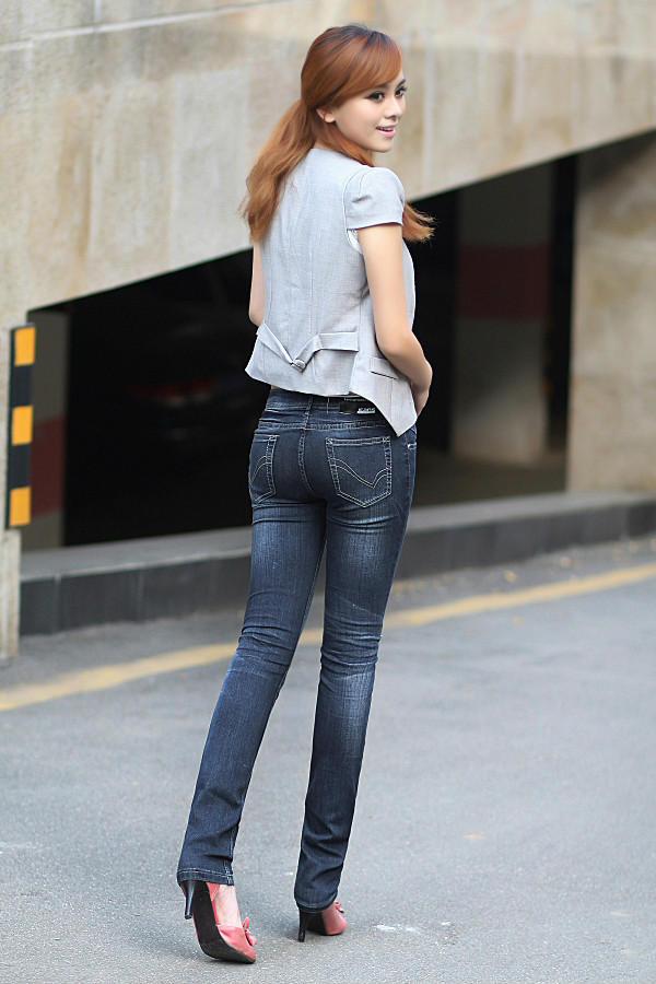 长腿美女演绎牛仔裤 烟波无际