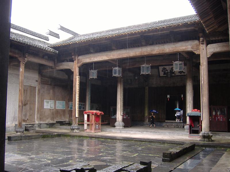 其传统民居的共同特点都是坐北朝南,注重内采光;以木梁承重,以砖,石图片