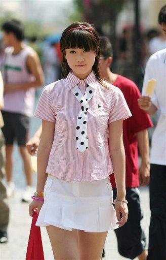 2007年4月26日,还在读大学的张筱雨就推出了自己的第一套写真《魅惑》