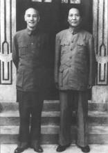 和蒋介石合影(右)