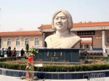 吕玉兰纪念像