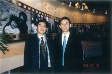 王效芝(右)与朋友合影