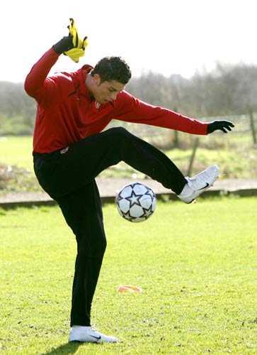 又称为花式足球,城市足球,极限足球,是充分展现个人技巧的足球玩法.图片