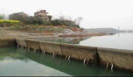 液压升降坝的构造由弧形(或直线)坝面,液压杆,支撑杆,液压缸和液压图片