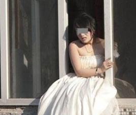 2跳楼原因编辑究竟是什么让一名年轻女子穿着婚纱如此绝望企图轻生