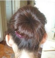 松diy出一款优雅的盘发发型,只要随意地把头发卷一卷,再把发梳插入,就图片