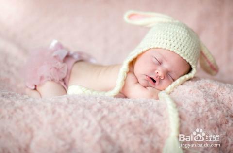 聪明婴儿的早期表现 宝宝缺钙的症状 宝宝聪明看睡姿就知道 宝宝两个