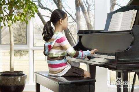 孩子想要他成名有好的未来就必须从小培养他的兴趣爱好比如弹钢琴