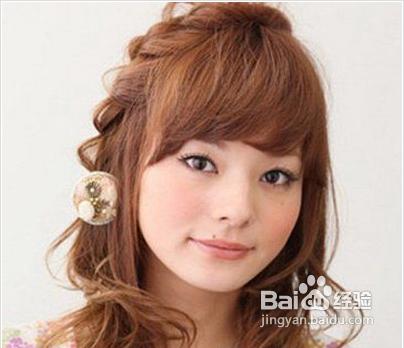 卷发可以通过刘海的弧度和两颊的预留头发遮盖脸部面积,衬托得脸十分图片
