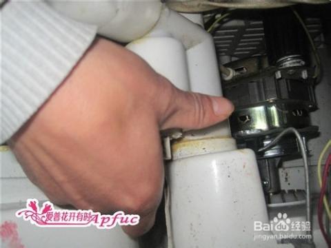 拧开洗衣机的排水阀图片