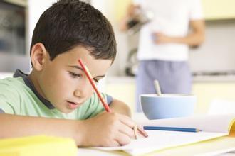 父母如何陪伴孩子写作业图片