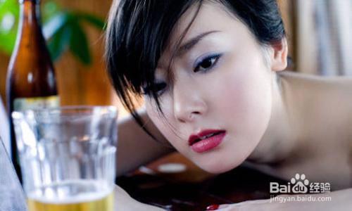 女人喝酒的图片