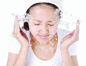 白醋洗脸是先用洗面奶