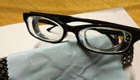 高度近视戴大框眼镜
