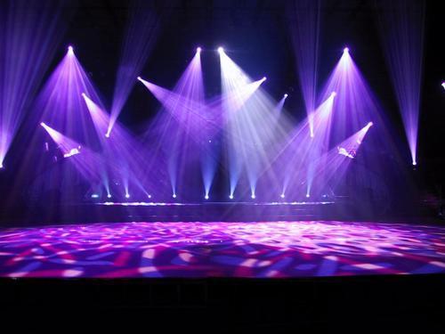 它不适合于大合唱舞台,舞美中可加入彩灯,比如,红星闪闪,八一军徽放射图片