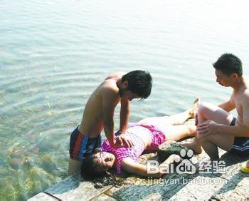 美女游泳溺水急救视频