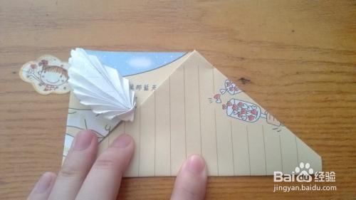 手工/爱好 > 手工艺  6 将信纸反向另外一面,沿着这折痕将波浪线折成图片