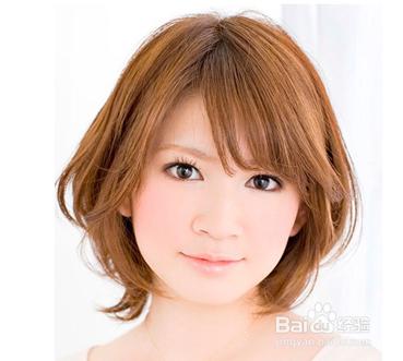 韩国女生短发图片一: 这是一款深棕色系的微卷短发发型,刘海打理成斜图片