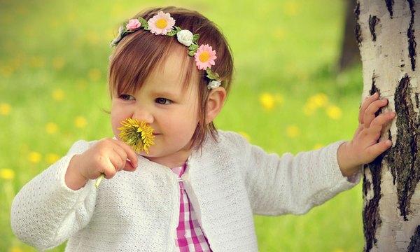 你来时是初夏的阳光,洒满了每一个阴暗的角落,有一些耀得我睁不开眼。我沉醉在你温暖我身体每一寸肌肤的幻觉里,不可自拔!你每时每刻都在用阳光遮住你自己,我看不清你的面容,也看不见你的微笑。我只能在你发出笑声的时候幻想,幻想你微笑是嘴角上扬,