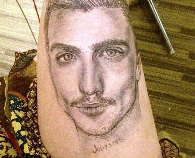 大学生上课无聊,大腿上涂鸦,同学以为是纹身!图片