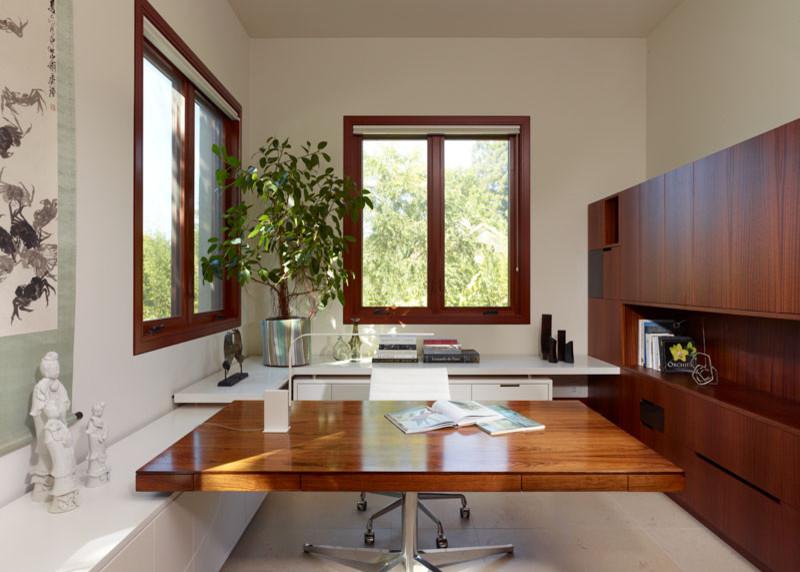2013现代风格别墅温馨临窗书房书架书柜书桌椅子装修效果图高清图片