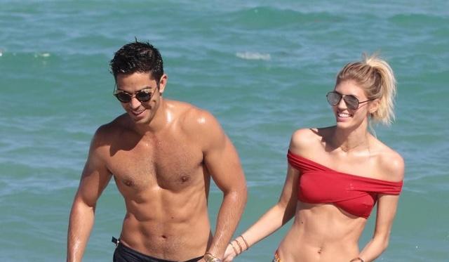 维秘超模和男友海边度假水中嬉戏秀傲人身材这衣服只有她能穿