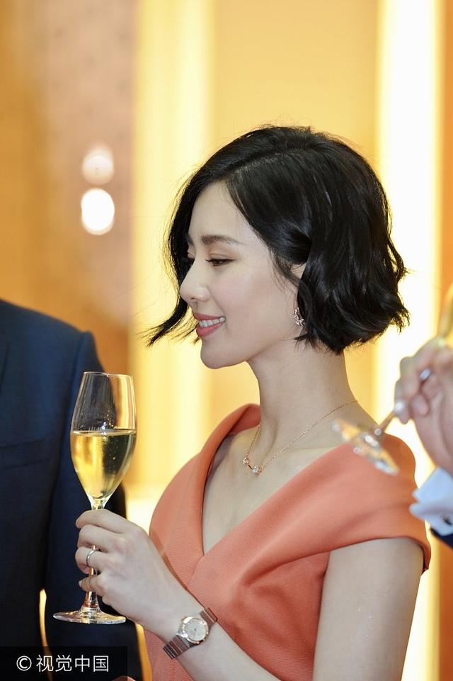 刘诗诗v领裙身材纤细齐耳短发气质优雅撩发甜笑美爆与高层举杯小酌图片