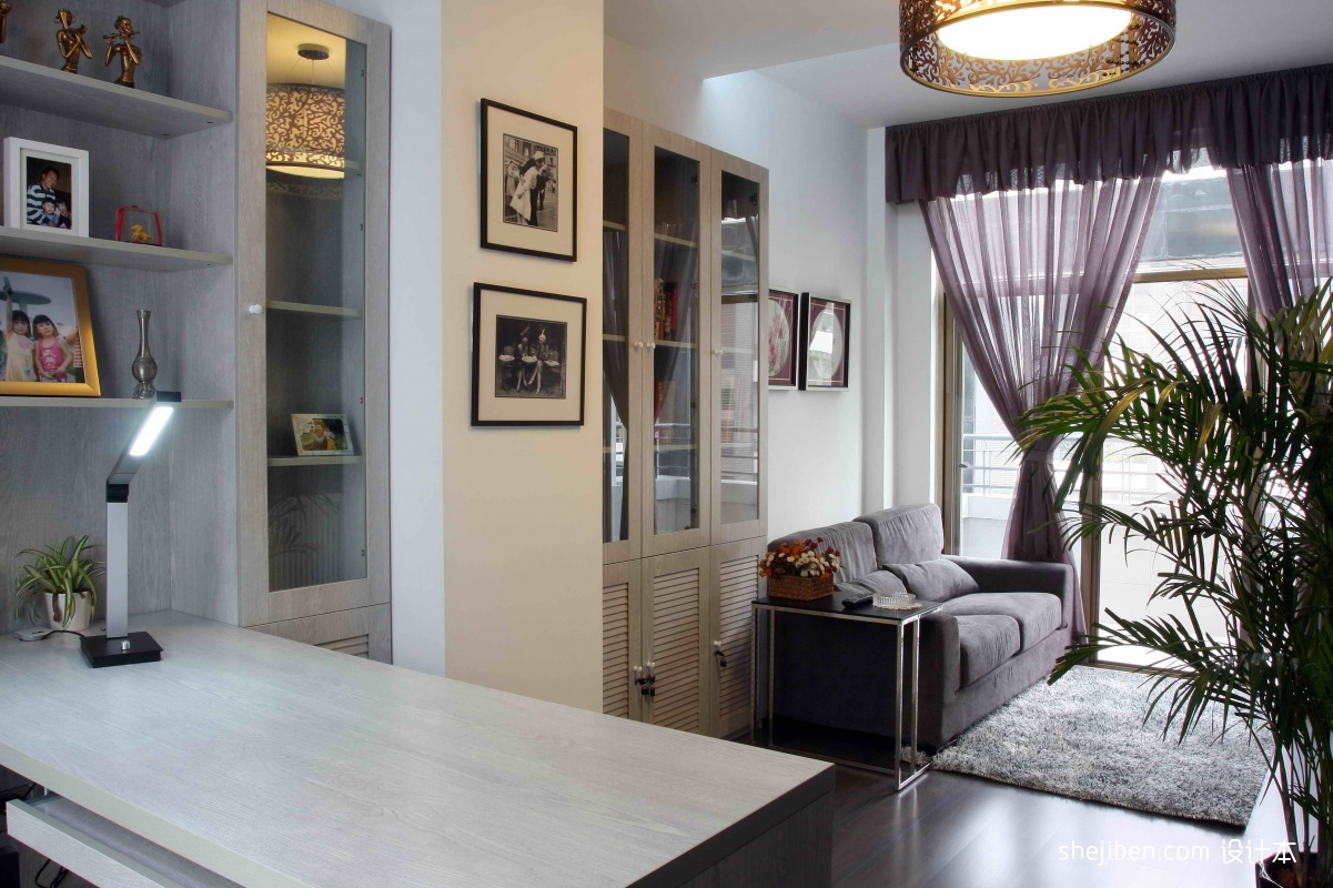 2013现代风格复式阳台兼书房窗帘沙发书桌书柜台灯装修效果高清图片