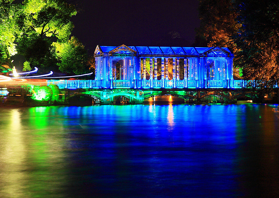 桂林的玻璃桥,夜晚散发着迷人梦幻的光影,变幻出各种绚烂的色彩图片图片