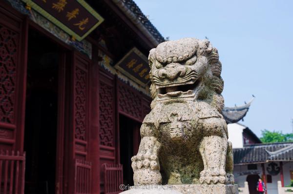 大雄宝殿前的石狮子,旁边的罗汉堂也是西园寺内一景图片