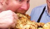 40年炸鸡店招牌大鸡排,重15斤必须两手抱着啃,很有满足感!