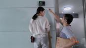 【奇葩老板把打卡机装5米高墙上,迟到一次扣200,员工自带梯子上班  】