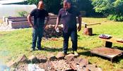 土坑烧烤100斤手掌大的蛤蜊,刨开后挖肉喝汤,原始吃法很狂野