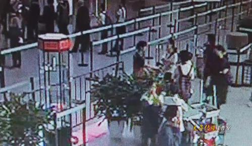女子一巴掌打聋萧山机场安检员 携带超大行李箱硬闯