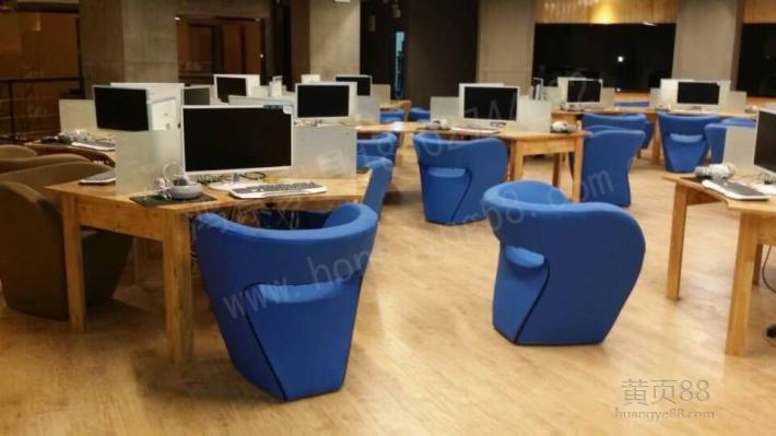 网吧桌椅与普通的家庭所用电脑桌椅还有所区别.图片