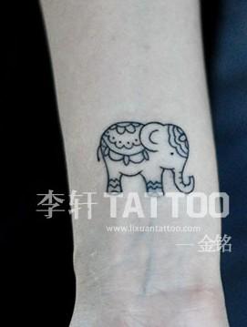 我想纹身,看见别人手腕上纹可爱的小象我也想纹,给发两张可爱的大象的图片