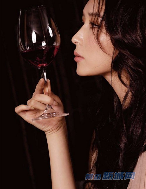 请问这种默默喝酒让人看起来伤感有心事的美女图片有