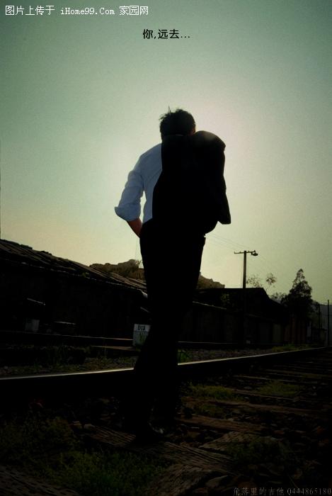 黑白孤单背影男生