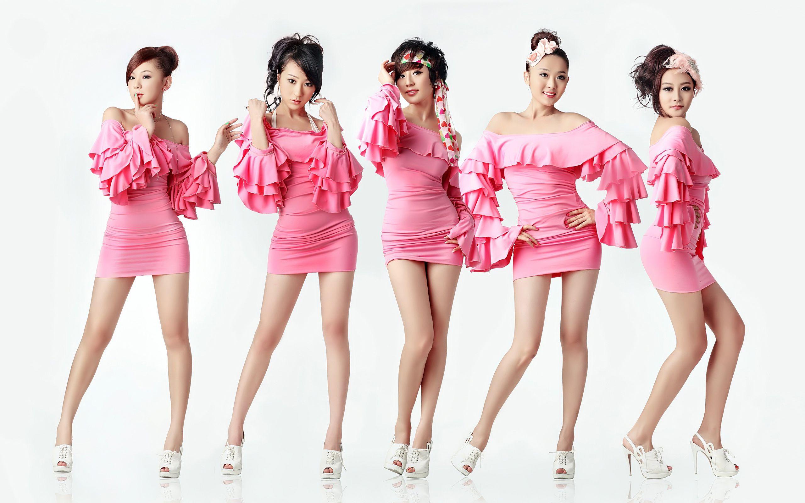 五个穿粉色连衣裙的美女给我一张原图