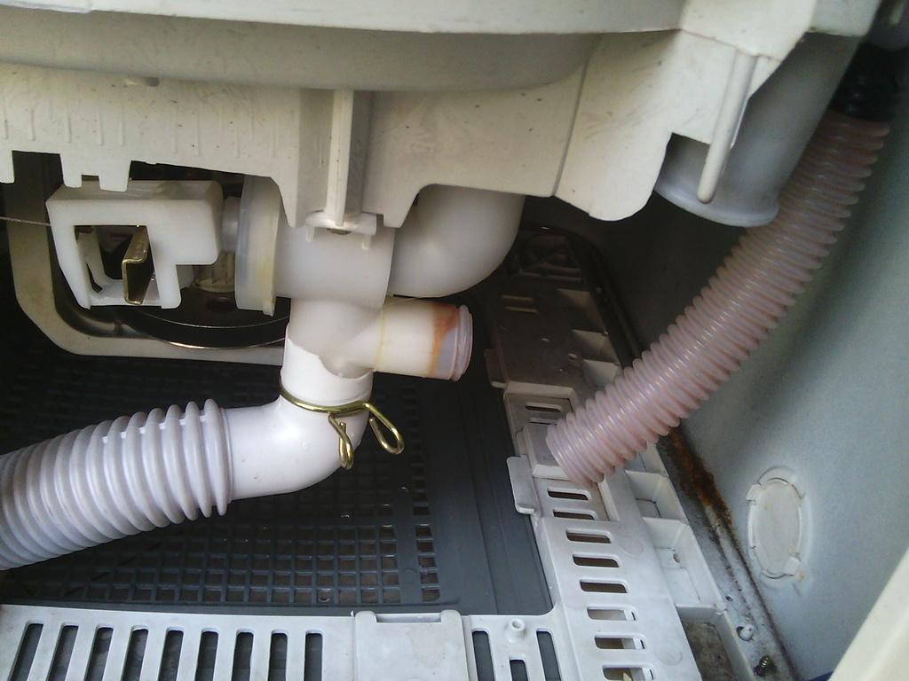 这是全自动洗衣机,但是排水阀管子断了图片