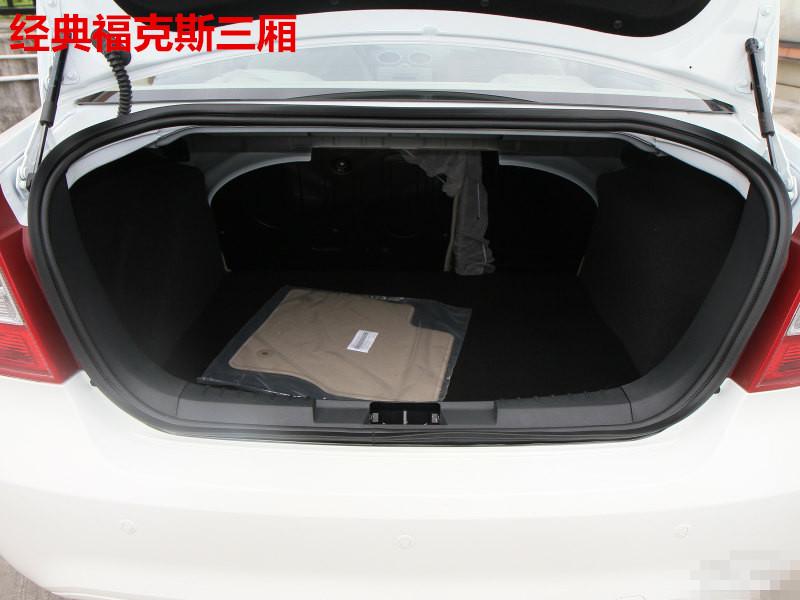 2012新福克斯后备箱开启装置是液压的吗图片