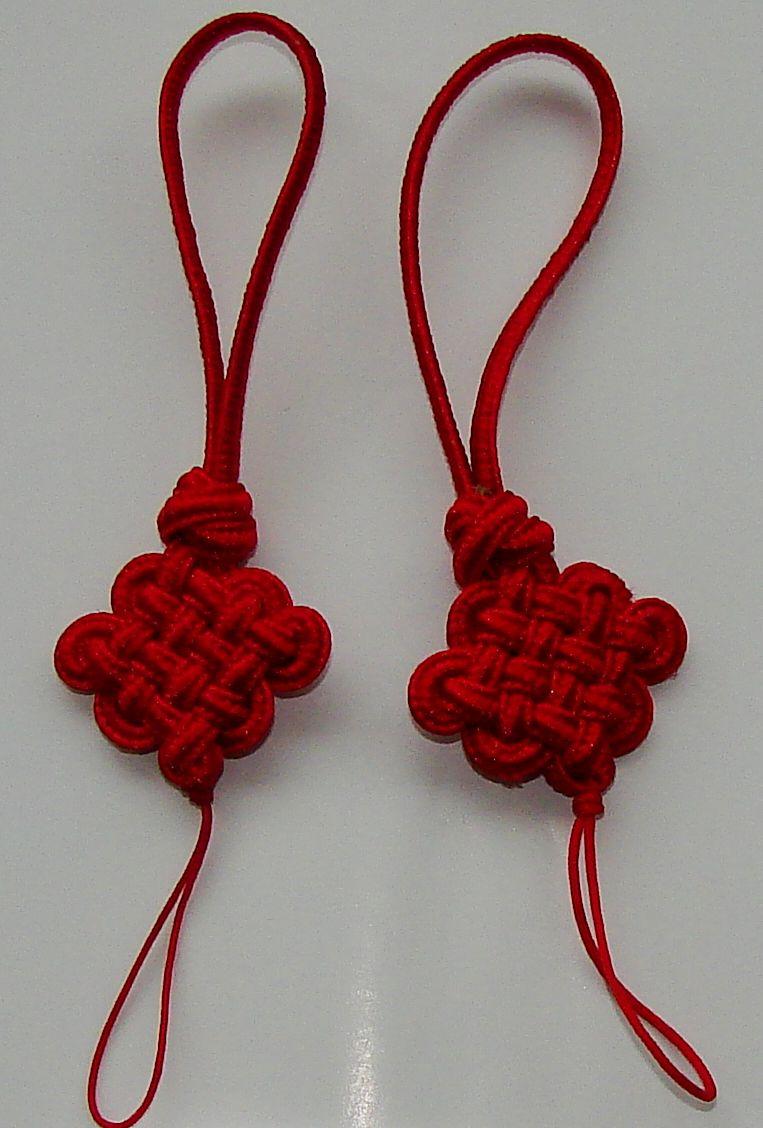 中国结手机链六道盘长结的耳朵和里面的颜色不一样,请问那是怎么弄的