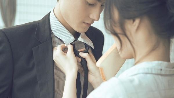 谁能帮我找一个情侣头像,女的咬着面包给男的系领带 ...