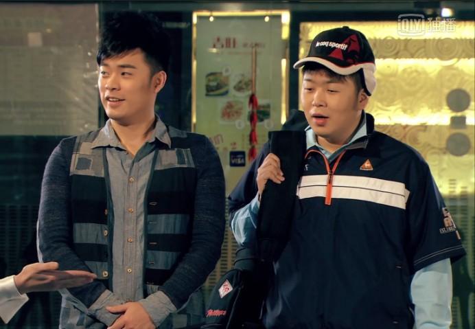 爱情公寓第四季第11集曾小贤跟杜海涛一起打台球时穿的衣服是什么牌子