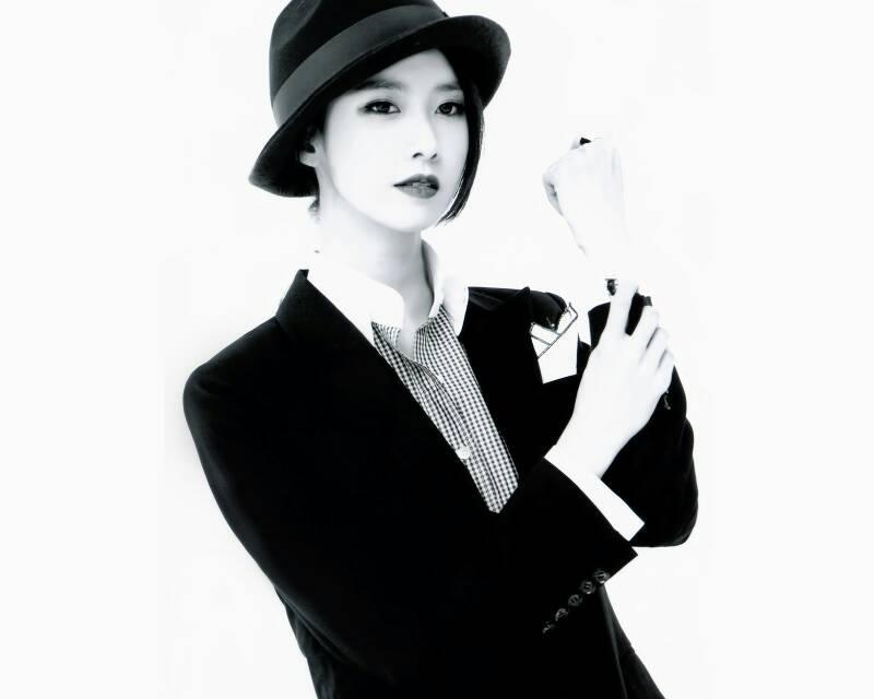 求少女时代mrmr 穿黑西装戴帽子的照片