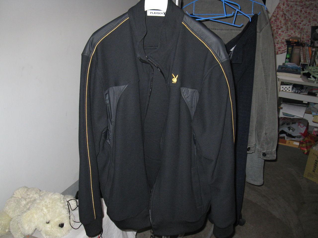 装配牛仔裤_黑色运动型立领夹克装配什么样的裤子好看?