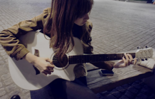 大图?弹吉他的女生