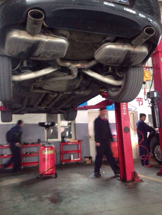 车子掉的话,很可能是润滑用的机油,车位流下的;如果是排气管流