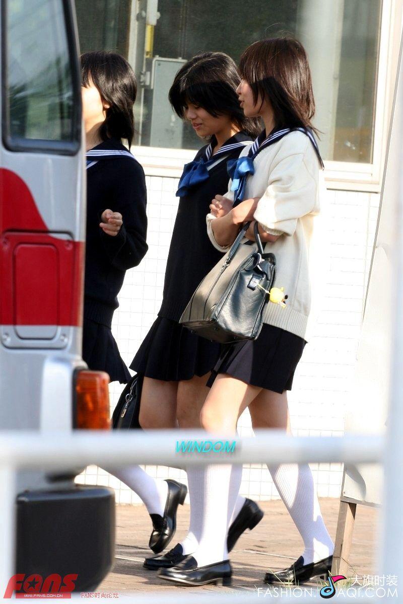 970063990_两个女生穿校服在阳光下牵手散步的唯美图片_百度 ...